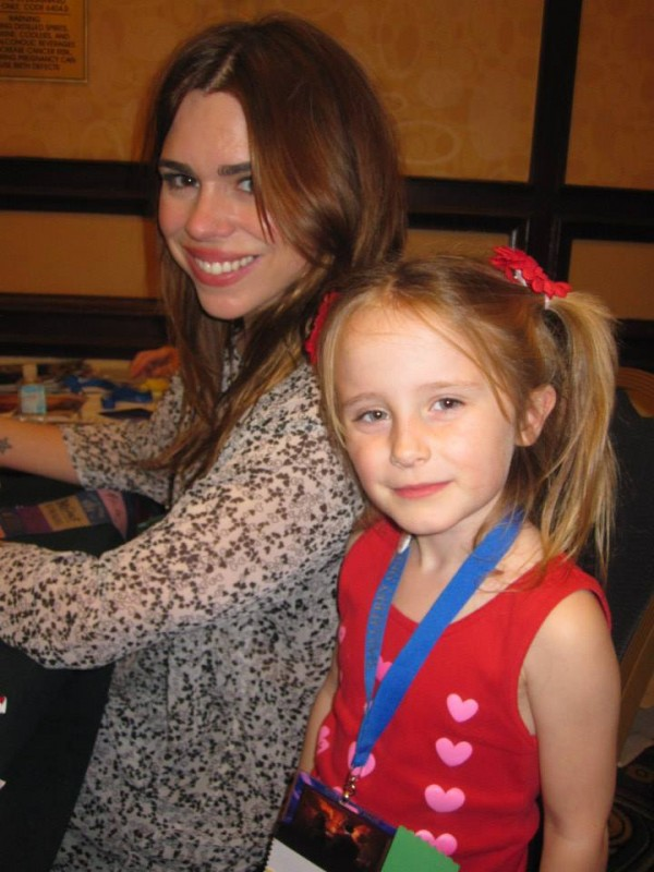 Lindalee hangs with actress Billie Piper (aka the companion to the 9th and 10th Doctors)