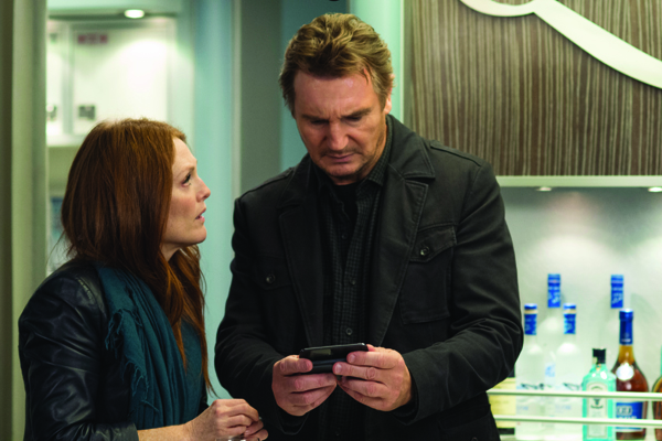 Jen Summers (Julianne Moore) consults with Bill Marks in NON-STOP