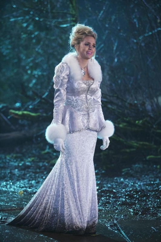 With leadership and radiance a glowing, Glinda reaches out to Zelena.