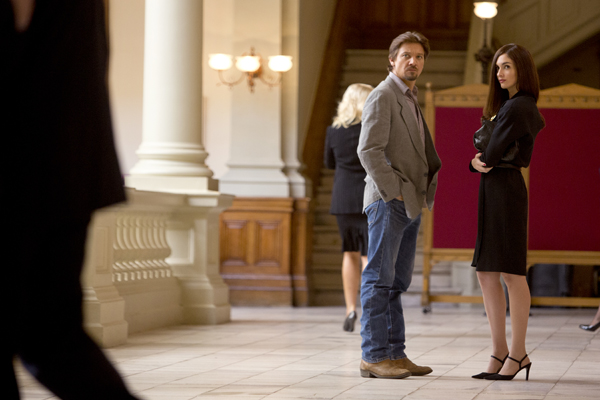 Gary Webb (Renner) stands outside a courtroom with Coral Baca ( Paz Vega)