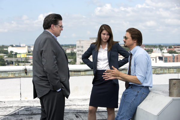 executive editor Jerry Ceppos (Okiver Platt), with editor Anna Simons (Mary Elizabeth Winstead) with Gary Webb (Renner)