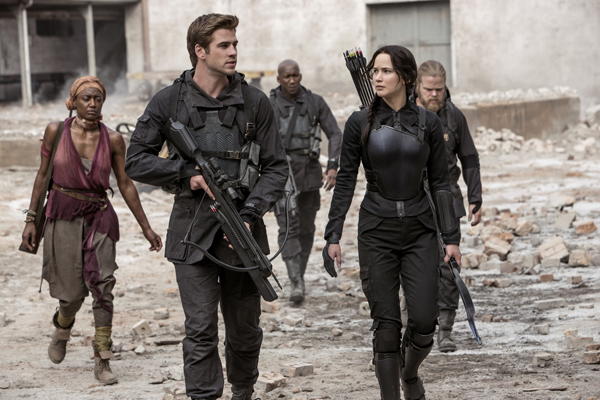 Commander Paylor (Patina Miller), Gale Hawthorne (Liam Hemsworth), Boggs (Mahershala Ali), Katniss Everdeen (Jennifer Lawrence), and Pollux (Elden Henson)