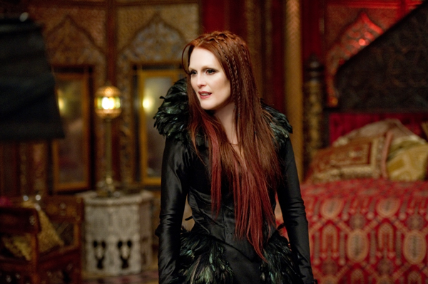 Julianne Moore as queen witch Mother Malkin