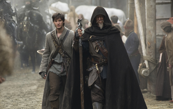 Knight John Gregory (Jeff Bridges) walks with his young apprentice Thomas Ward (Ben Barnes)