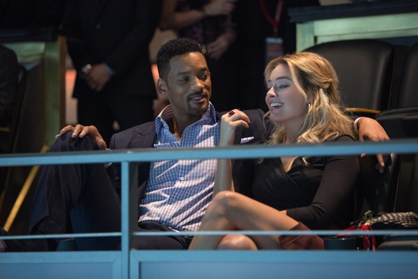 Nicky (Will Smith) and Jess (Margot Robbie)  get box seats for a football game